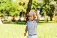 Gentil enfant passant un beau jour dans le jardin photographie stock libre de droits