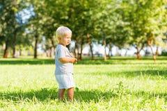 Gentil enfant passant un jour dans le jardin image libre de droits