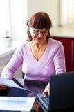 Gentil femme aîné la prévoyant finances Photographie stock libre de droits
