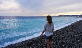 Gentil, France Jeune femme appréciant la côte azurée et regardant la mer image stock