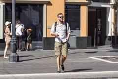 Gentil, Frances le 15 août 2017 : Une musique de écoute d'homme tout en marchant sur la rue dans Nice le ville central photos stock