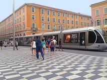 Gentil, Frances, tramway fonctionnant à travers la place de Massena images libres de droits
