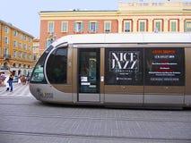 Gentil, Frances, tramway fonctionnant à travers la place 2 de Massena image stock