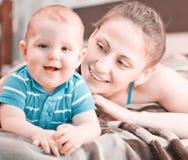 Gentil garçon avec la mère Photo stock