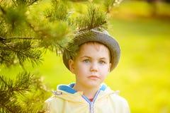Gentil garçon blond près de l'arbre photo stock