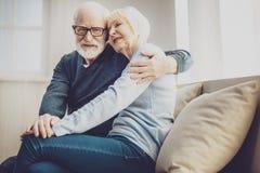 Gentil homme âgé exprimant son amour Images stock