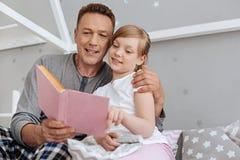 Gentil homme affectueux mettant son enfant pour dormir Photos libres de droits