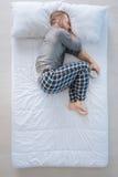 Gentil homme agréable dormant avec le réveil photo libre de droits