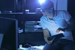 Gentil homme agréable regardant l'écran d'ordinateur image stock