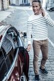 Gentil homme avec plaisir entrant dans sa voiture Photographie stock libre de droits