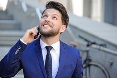 Gentil homme d'affaires parlant au téléphone portable Photos stock
