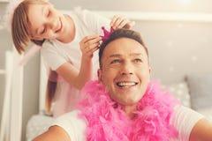 Gentil homme heureux portant un boa de plume rose Photographie stock libre de droits