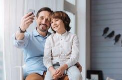 Gentil homme heureux prenant un selfie Images libres de droits