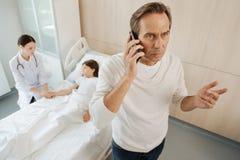 Gentil homme inquiété parlant du téléphone Photographie stock libre de droits