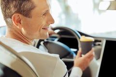 Gentil homme joyeux conduisant une voiture Images libres de droits