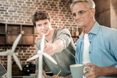 Gentil homme joyeux parlant à son professeur photo stock