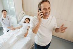 Gentil homme joyeux parlant au téléphone Photo stock