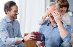 Gentil homme plus âgé faisant fermer ses yeux Photo libre de droits