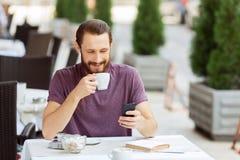 Gentil homme s'asseyant dans le café Photos libres de droits