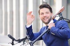 Gentil homme tenant la bicyclette Photo stock