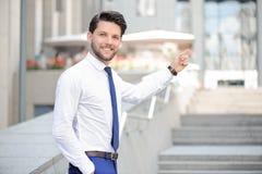 Gentil jeune homme d'affaires se dirigeant  photo libre de droits