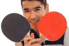Gentil jeune homme de brunett jouant le ping-pong d'isolement sur le fond blanc Photo stock