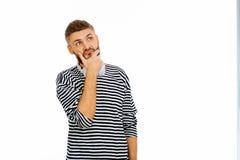 Gentil jeune homme réfléchi tenant sa barbe photographie stock libre de droits