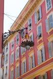 Gentil, la France - 18 avril 2017 Belle lanterne de rue à Nice, France Façade rouge de vieilles maisons en Côte d'Azur agréable e photos stock