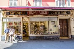 Gentil, la France - 18 avril 2017 Fenêtre de magasin de pâtisserie à Nice, France la Riviera, France Belle façade du vieux bâtime photographie stock libre de droits