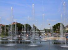 Gentil, la France - 12 juin 2014 : Promenade du Paillon et ses fontaines un jour d'été image libre de droits