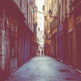 GENTIL, LA FRANCE - 5 JUIN 2019 : Rue étroite dans la vieille partie de Nice, France photo stock