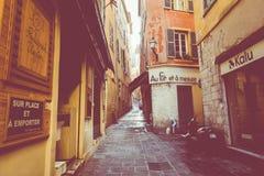 GENTIL, LA FRANCE - 5 JUIN 2019 : Rue étroite dans la vieille partie de Nice, France images libres de droits