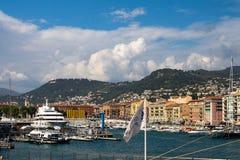 Gentil, la France le 10 mai 2018 Vue du port de la ville d'en haut Le paysage maritime des bateaux luxueux de côte bleue a amarré photographie stock libre de droits
