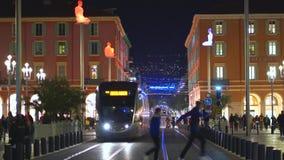 Gentil, la France - 4 novembre 2018 - place de Massena avec des foules des personnes sur la rue clips vidéos