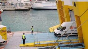 GENTIL - 5 MAI : Verrouillé en bas du tir du port, des voitures intéressantes et des camions conduisant par le ferry banque de vidéos