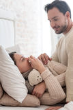 Gentil mari affectueux s'inquiétant de son épouse Photographie stock libre de droits