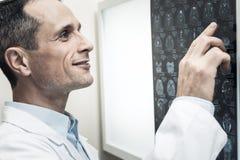 Gentil neurologue professionnel regardant le balayage de raie de X Photos libres de droits