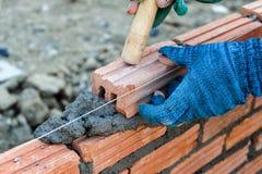 gentil ouvrier d'équipement d'isolement par construction photo stock