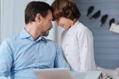 Gentil père et fils agréables regardant l'un l'autre photo stock
