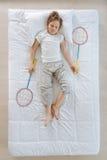 Gentil petit garçon jouant le badminton Image libre de droits