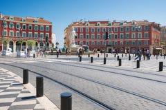 Gentil, Provance, Alpes, Cote d'Azur, français le 31 juillet 2018 ; Place Massena avec le bâtiment et la fontaine rouges images libres de droits