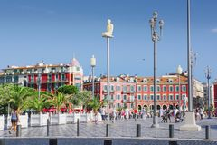 Gentil, Provance, Alpes, Cote d'Azur, français le 31 juillet 2018 ; Place Massena avec le bâtiment et les réverbères rouges Touri photos stock