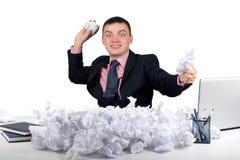 Gentil travailleur jouant avec le papier à la table d'isolement sur le fond blanc Photographie stock