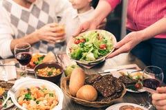 Gentille famille dînant savoureux Images libres de droits