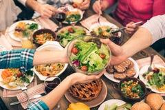 Gentille famille dînant savoureux Photographie stock