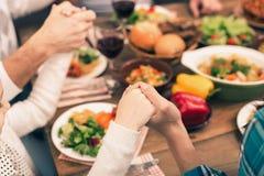 Gentille famille dînant savoureux Photos stock