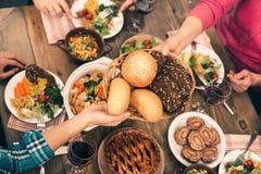Gentille famille dînant savoureux Photo stock