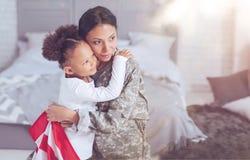 Gentille femme agréable étreignant son enfant photos libres de droits