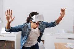 Gentille femme agréable appréciant étant dans la réalité virtuelle Image stock