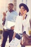 Gentille femme agréable ayant une conversation téléphonique Photos stock